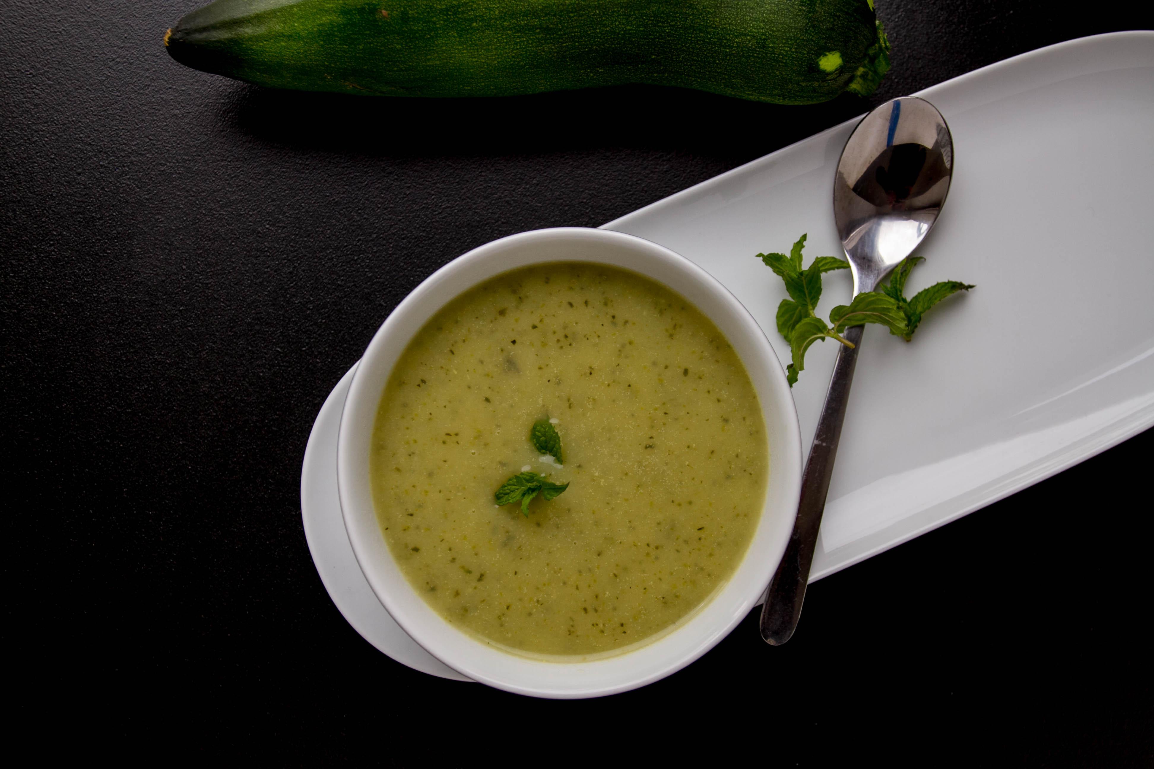 Zupa cukiniowa z miętą przepis