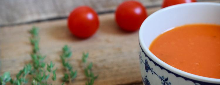 Pyszna i mocno czerwona zupa pomidorowa