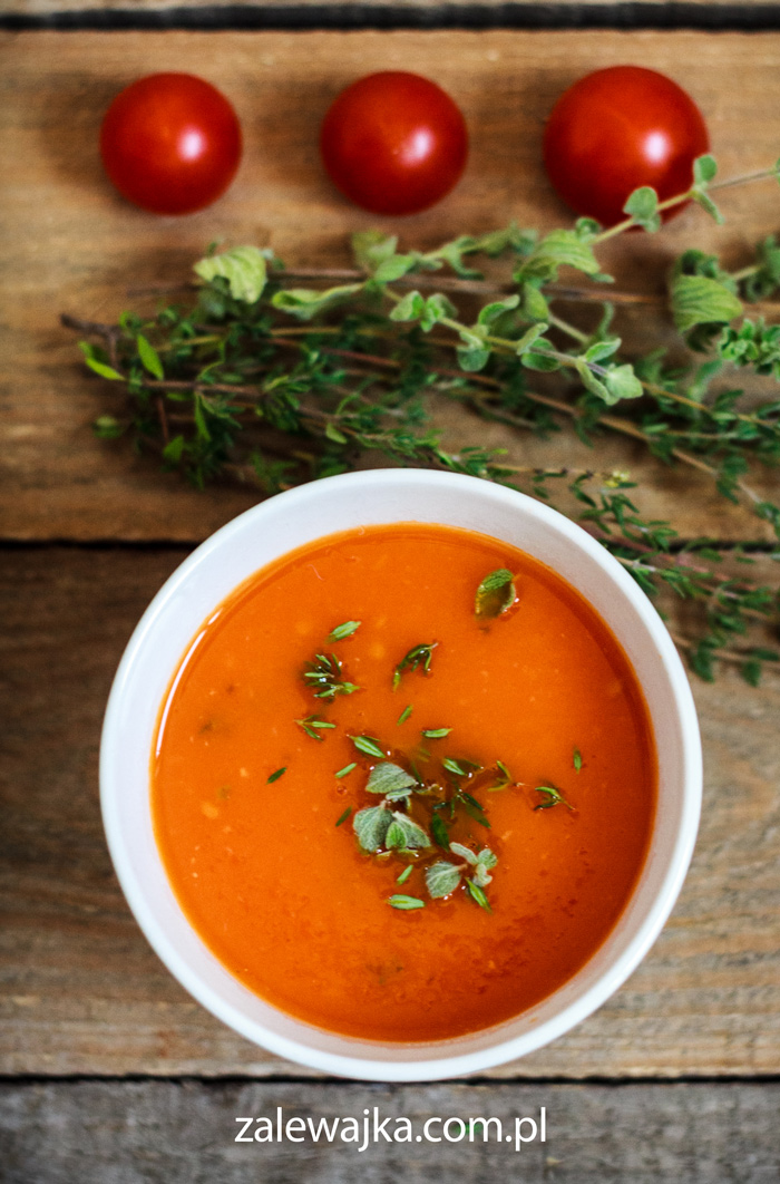 Mocno czerwona zupa pomidorowa z tymiankiem i oregano