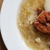 Góralska kwaśnica z ziemniakami i wędzonym żeberkiem