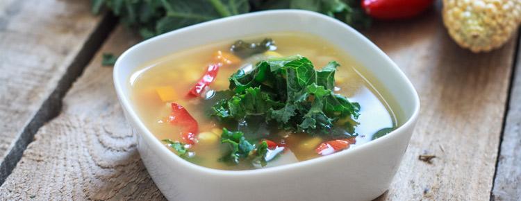 Zupa kukurydziana z jarmużem, marchewką oraz ziemniakami